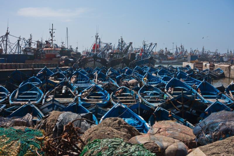 Błękitne łodzie rybackie w Essaouira starym schronieniu na pogodnym letnim dniu, Maroko zdjęcia royalty free