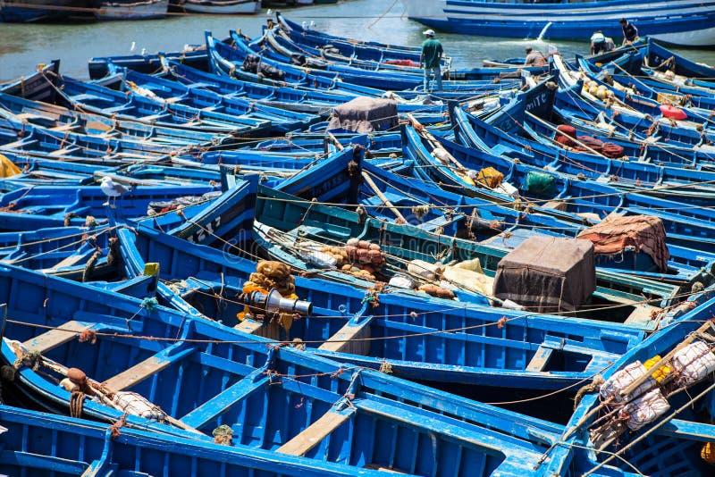 Błękitne łodzie rybackie w porcie Essaouira, Maroko zdjęcie stock