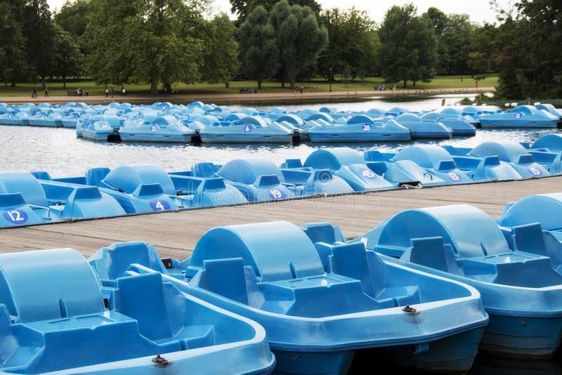Błękitne łodzie w Hyde parku na serpentynie w Londyńskim Anglia zdjęcie royalty free