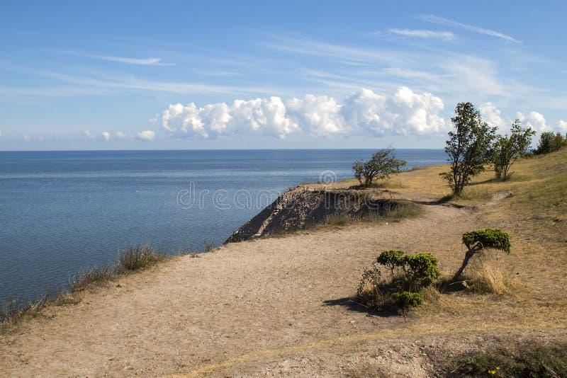Błękitne aqua nieba i morza chmury, Wysoki brzeg fotografia royalty free