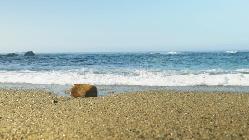 Błękitne Atlantyckie ocean fala przy dziką skalistą plażą obraz royalty free