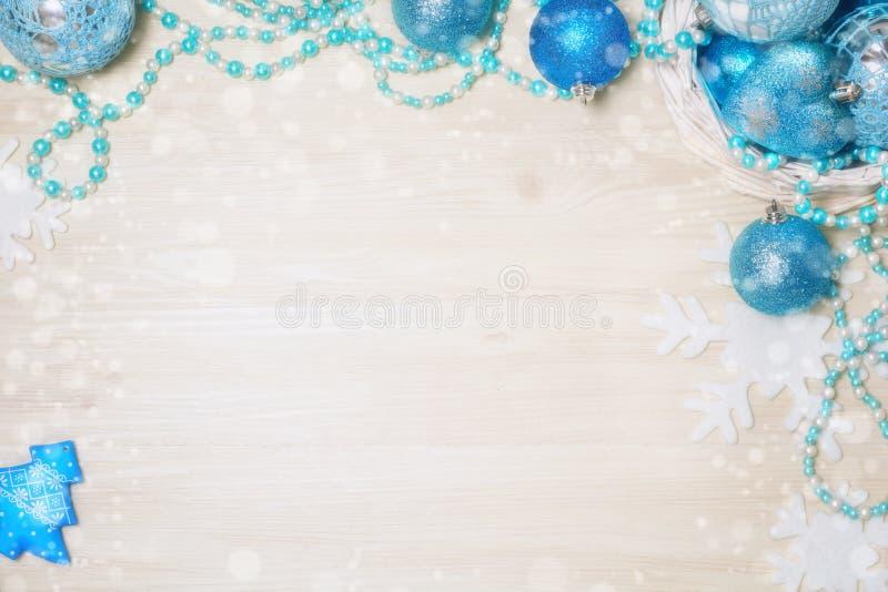 Błękitne Bożenarodzeniowe dekoracje na drewnianym tle z kopii przestrzenią fotografia stock