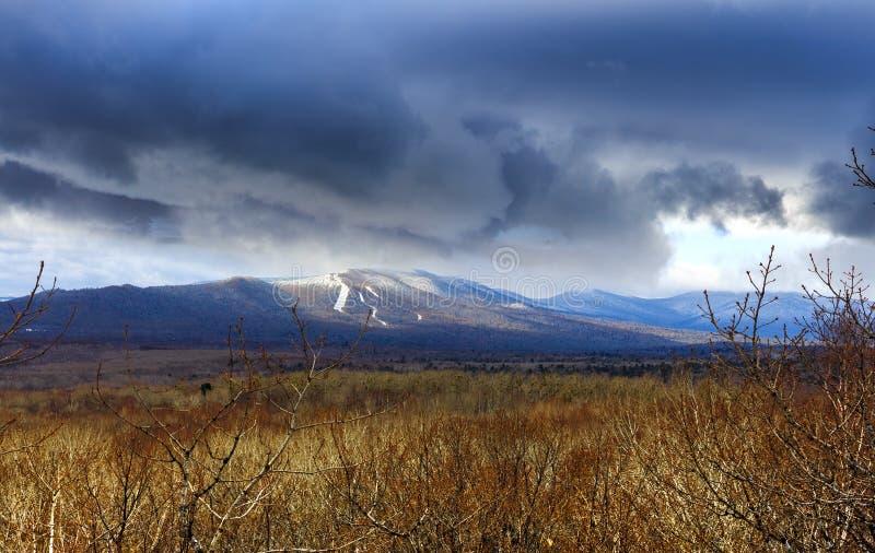 Błękitne góry jak volcanoes, lekko zakrywający z śniegiem i półdupkami obraz stock