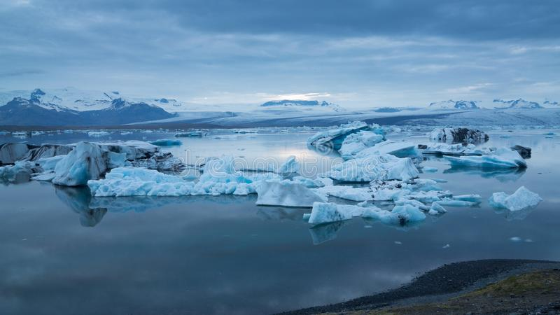 Błękitne góry lodowa unosi się pod midnight słońcem zdjęcia stock