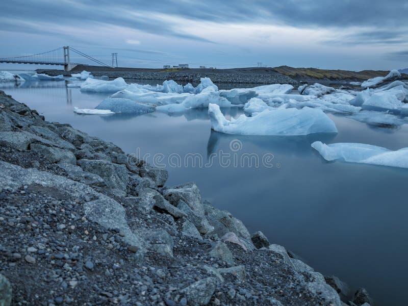 Błękitne góry lodowa unosi się, ultra długi ujawnienie obrazy royalty free