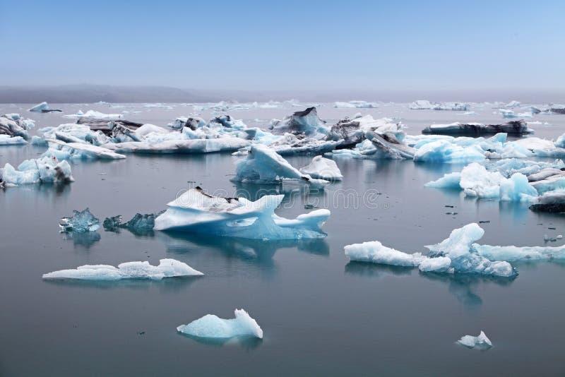 Błękitne góry lodowa unosi się w Jokulsarlon glacjalnym lagook, Iceland zdjęcia royalty free