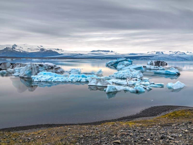 Błękitne góry lodowa unosi się w jokulsarlon, ultra długi ujawnienie zdjęcie royalty free