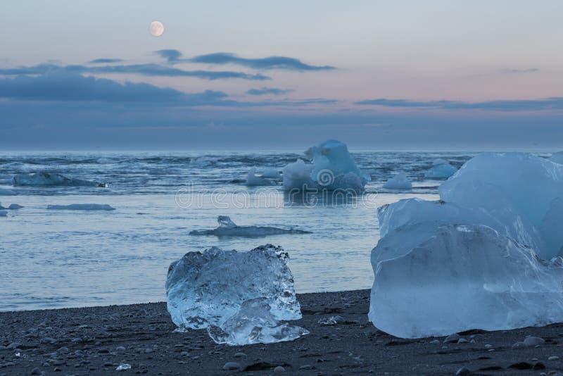 Błękitne góry lodowa w plaży obrazy royalty free