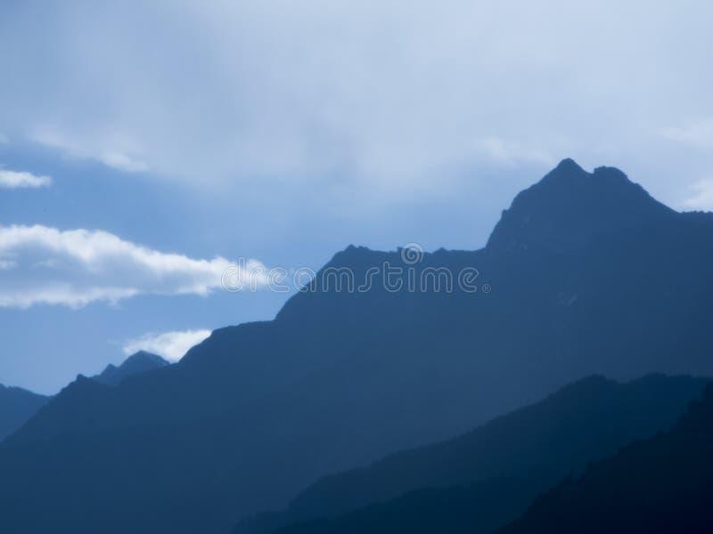 Błękitne góry w południowym Tyrol horyzontalnym zdjęcia stock
