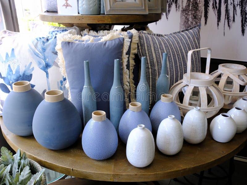 Błękitne i Biali wazy i poduszki, pokaz w Homewares sklepie obrazy royalty free