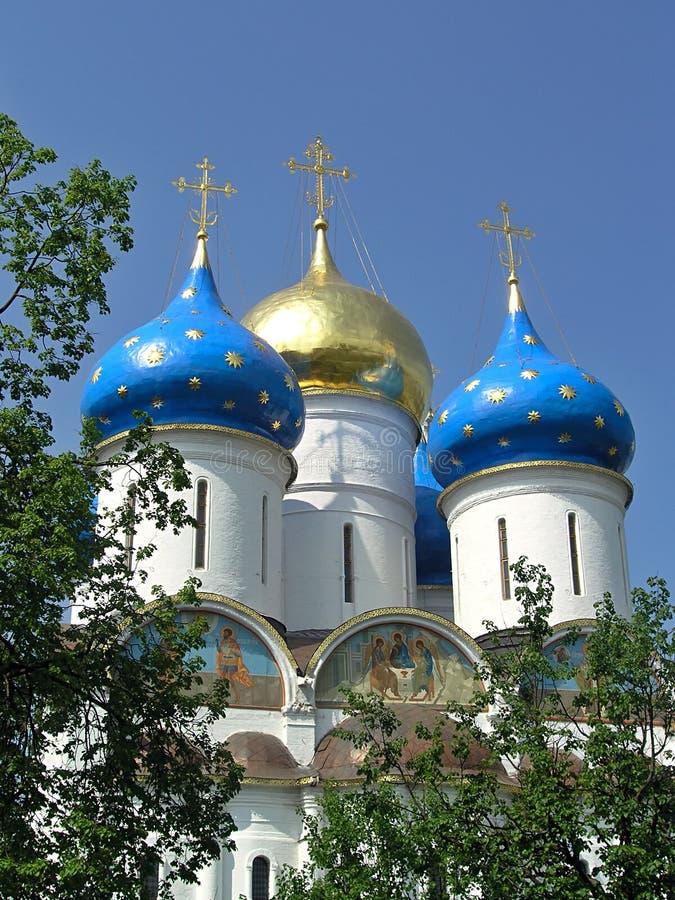 Błękitne i Złote kopuły wniebowzięcie w Sergiev Posada obraz stock