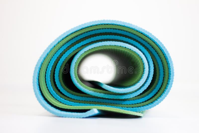 Błękitne i zielone joga maty przekręcać wpólnie zdjęcia stock