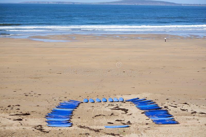 Błękitne kipieli deski na plaży zdjęcia royalty free