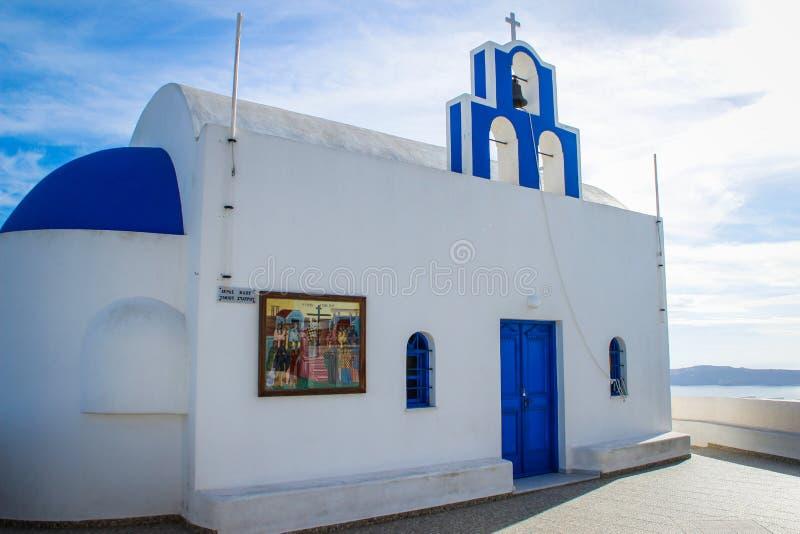Błękitne kopuły i białe ściany kościół na sławnej romantycznej wyspie Santorini obraz stock