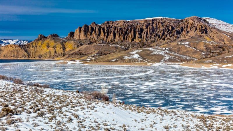 BŁĘKITNE mesy RESERVOIRE Z śniegiem, Sapinero Curecanti Krajowym Rekreacyjnym terenem, autostradą z autostrady 50 między Gunnison obraz stock