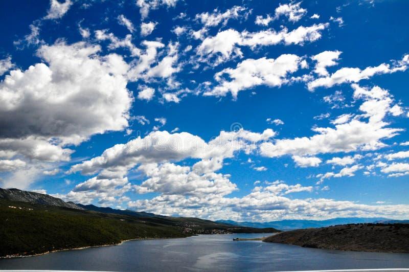 Błękitne narty i bielu chmury fotografia stock