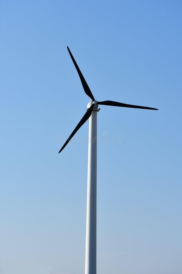 błękitne niebo wiatraczkowi przeciwko zdjęcie royalty free