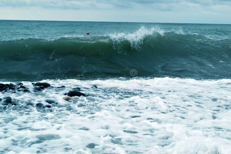 Błękitne ocean fala przerwy wzdłuż brzeg fotografia royalty free