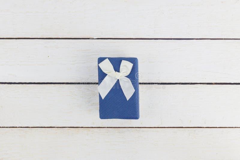 Błękitne prezent róże na drewnianym tle i pudełko obraz stock