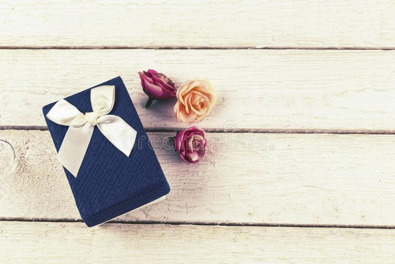 Błękitne prezent róże na drewnianym tle i pudełko zdjęcia royalty free