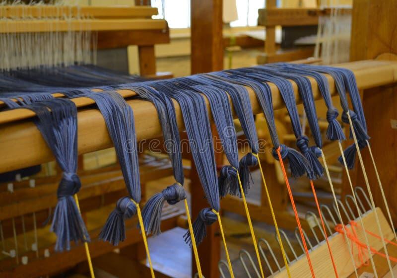 Błękitne purpurowe nici na tradycyjnej tkactwo maszynie obraz royalty free