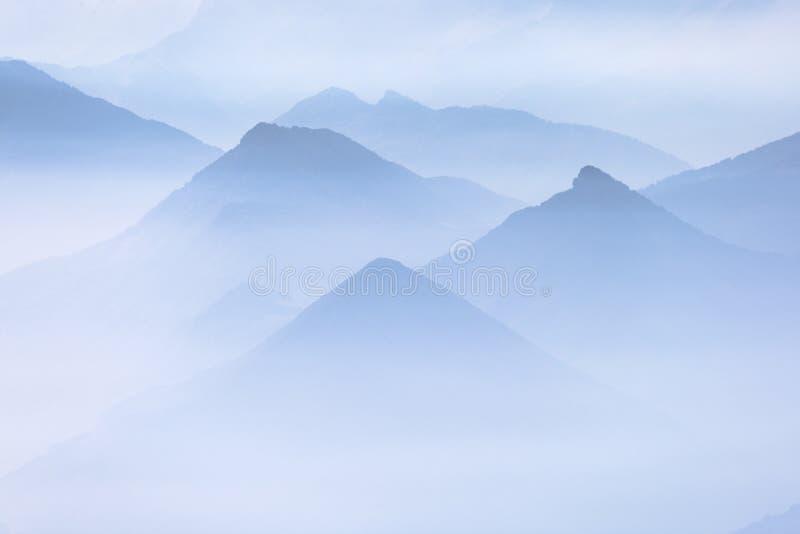 Błękitne warstwy halne granie w francuskich alps fotografia stock
