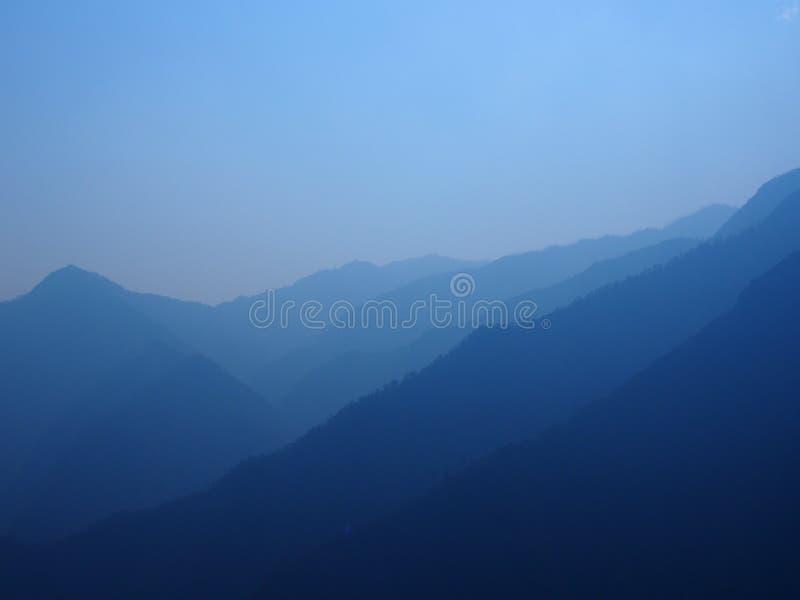 Błękitne warstwy halne granie w Nepal obrazy stock
