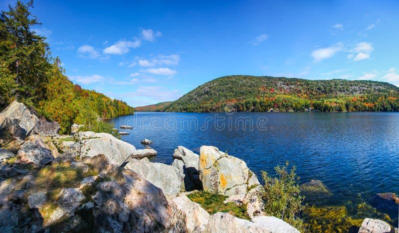 Błękitne wody i spadku ulistnienie Acadia park narodowy obraz stock