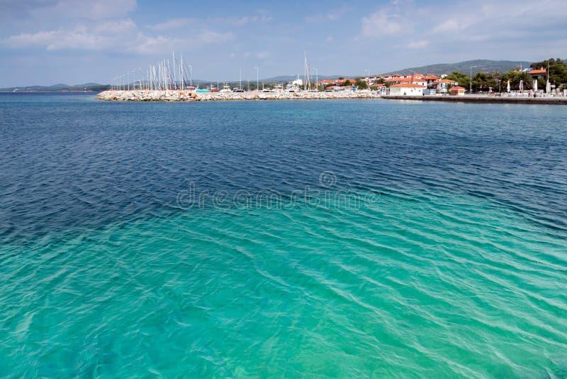 Błękitne wody Nikiti Wyrzucać na brzeg przy Sithonia półwysepem, Chalkidiki, Środkowy Macedonia, Grecja zdjęcia royalty free