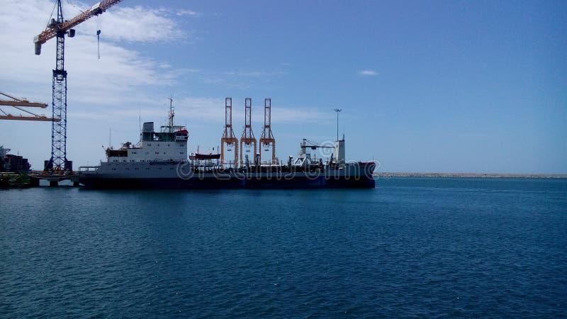 Błękitne wody z dokującym statkiem zdjęcie royalty free