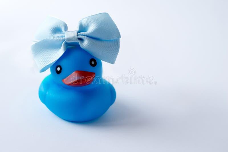 Błękitnego dziecka skąpania kaczka odizolowywająca na białym tle dziecko zabawka, kopii przestrzeń obraz stock