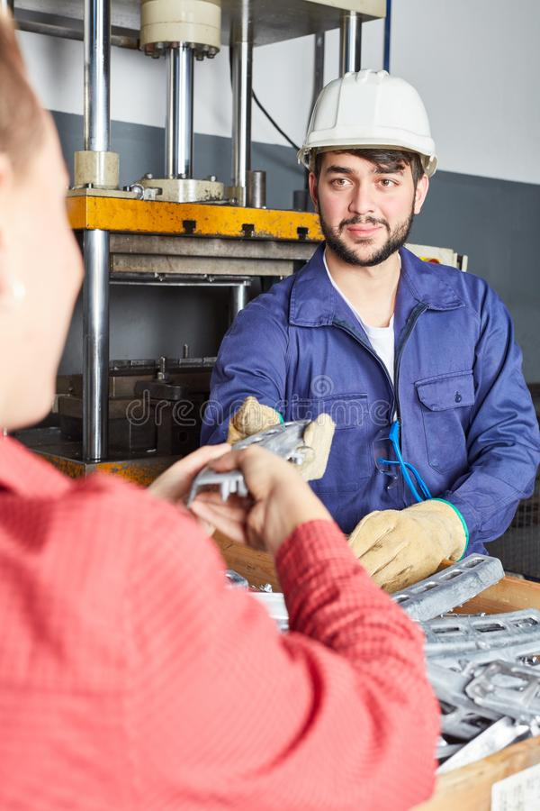 Błękitnego kołnierza pracownik z przemysł odzieżą obrazy stock