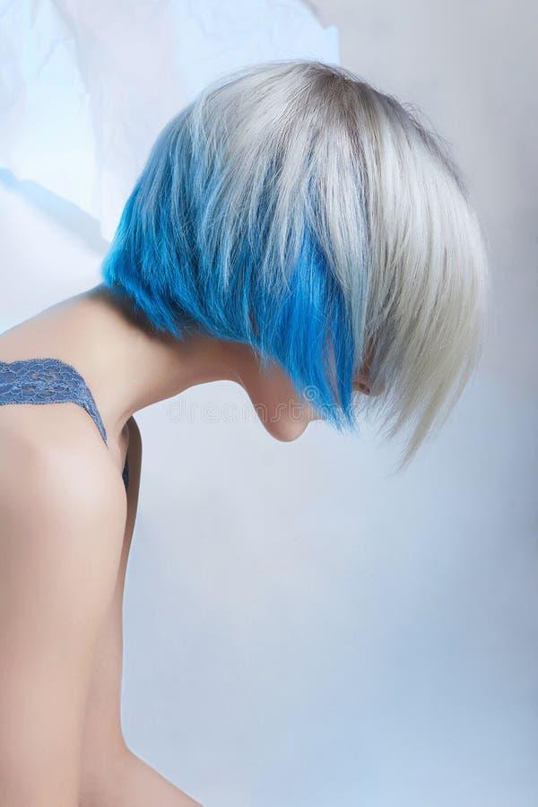 Błękitnego koloru kobiety włosiany strzał fotografia stock