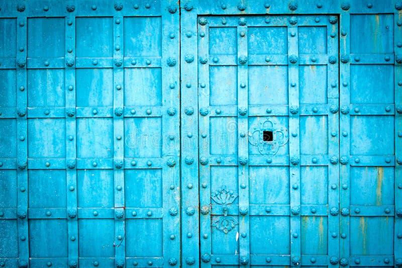 Błękitnego metal bramy tekstury drzwiowego witn w kratkę wzór zdjęcia royalty free