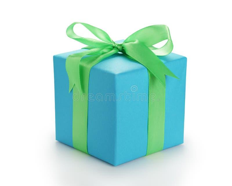 Błękitnego papieru giftbox z zielonym tasiemkowym łękiem odizolowywającym zdjęcia royalty free