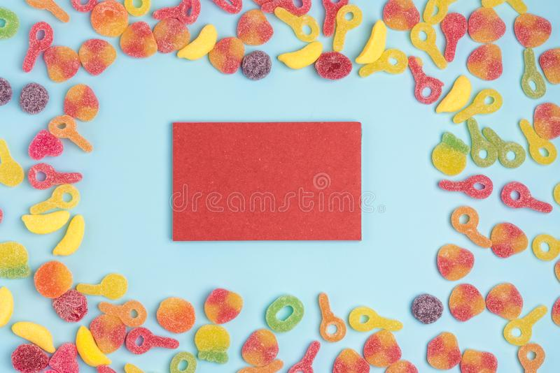 Błękitnego papieru tło z cukierkami i pustym notepad Miejsce dla tw?j teksta obraz royalty free