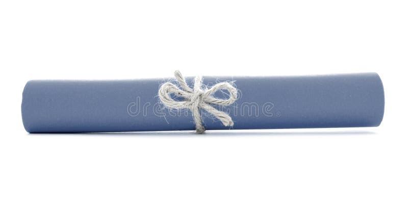 Błękitnego papieru tubka wiązał z sznurkiem, jeden naturalny guzek odizolowywający fotografia stock