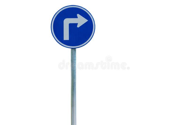 Błękitnego prawego zwrota drogowy znak na białym tle fotografia royalty free