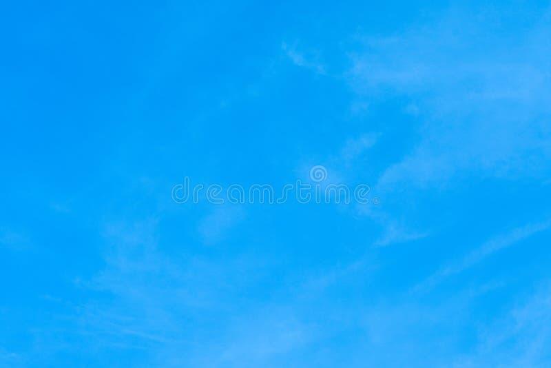Błękitnego tła nieba wolności powietrza niebiańskiego piękna powiewny bezpłatny fotografia stock