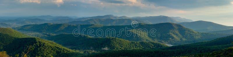 Błękitnej grani gór panorama na jasnym letnim dniu zdjęcia stock