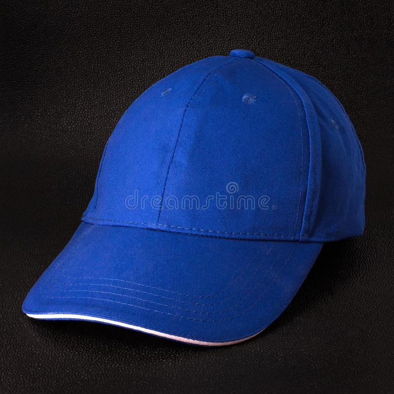 Błękitnej nakrętki zmroku tło Szablon baseball nakr?tka w bocznym widoku obraz stock