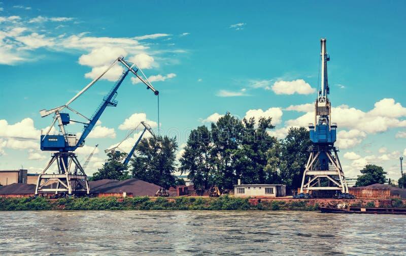 Błękitni żurawie w ładunku porcie, Danube rzeka, retro fotografia filtr zdjęcia stock