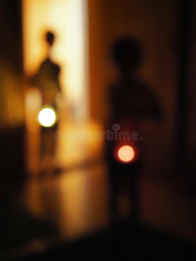 Błękitni abstrakcjonistyczni tło plamy dzieciaki z latarkami w ciemnym pokoju pojęcie dziecko strach zmrok i strachy zdjęcie stock