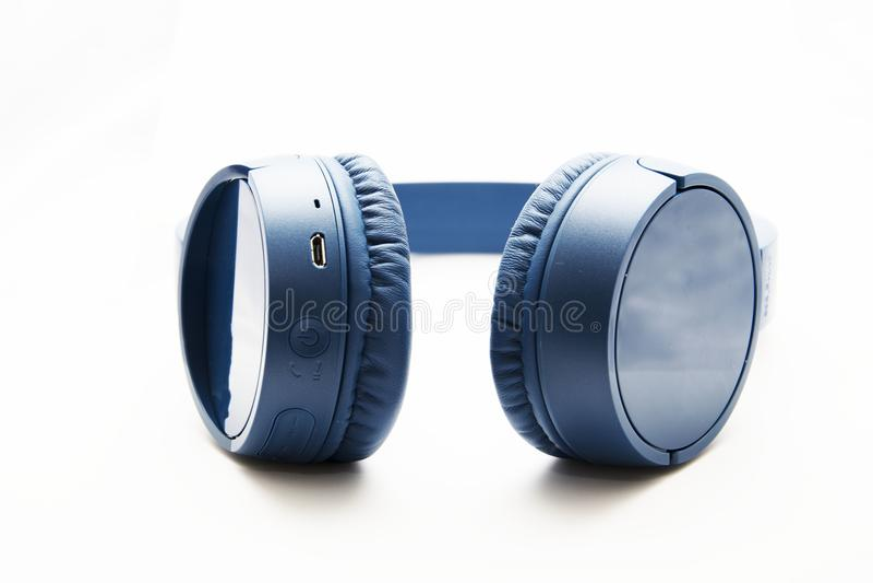 Błękitni bezprzewodowi hełmofony dla muzyki i rozrywki obraz stock