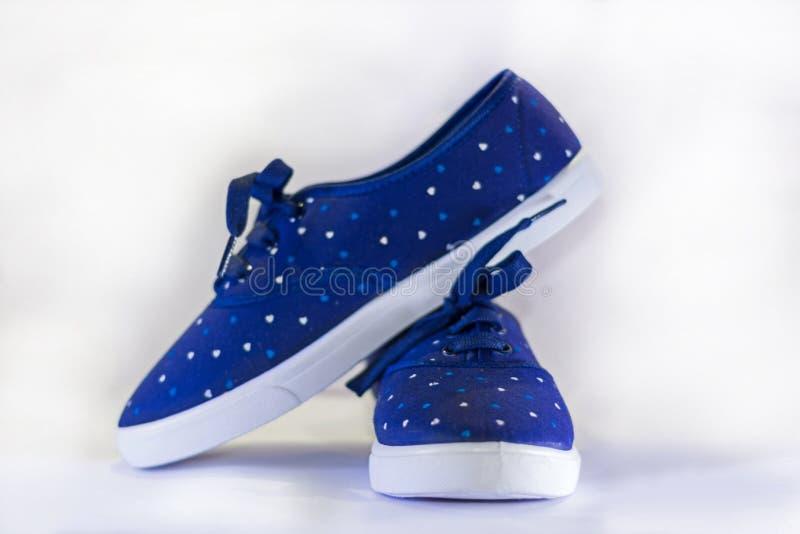 Błękitni brezentowi buty na białym tle obraz stock