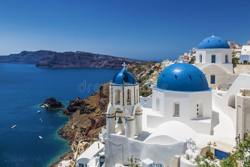 Błękitni domed kościół w wiosce Oia, Santorini Thira, Cyclades wyspy, morze egejskie, obraz royalty free