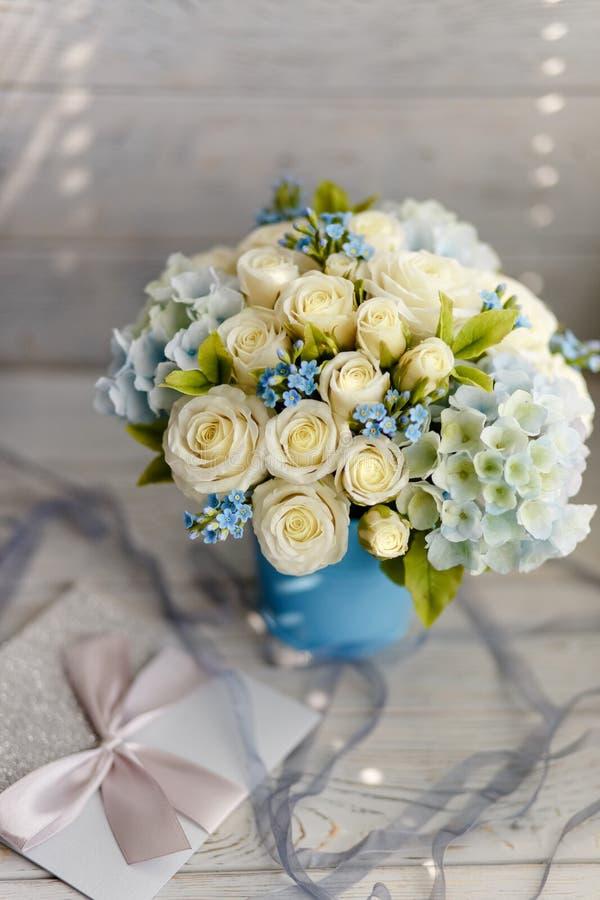 Błękitni i biali ślubów kwiaty obraz stock