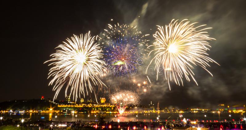 Błękitni i biali fajerwerki przed Quebec miastem zdjęcia stock