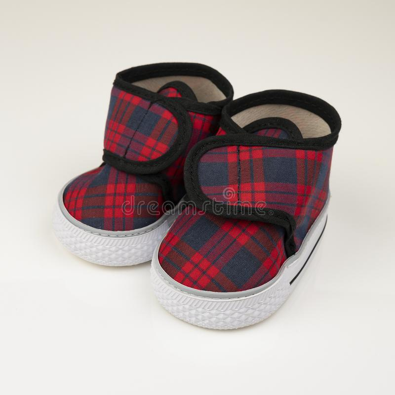 Błękitni i czerwoni dziecko buty obrazy royalty free