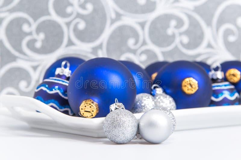 Błękitni i srebni Bożenarodzeniowi ornamenty na tacy zdjęcie royalty free